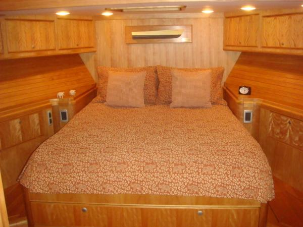67' Lyman-Morse guest stateroom