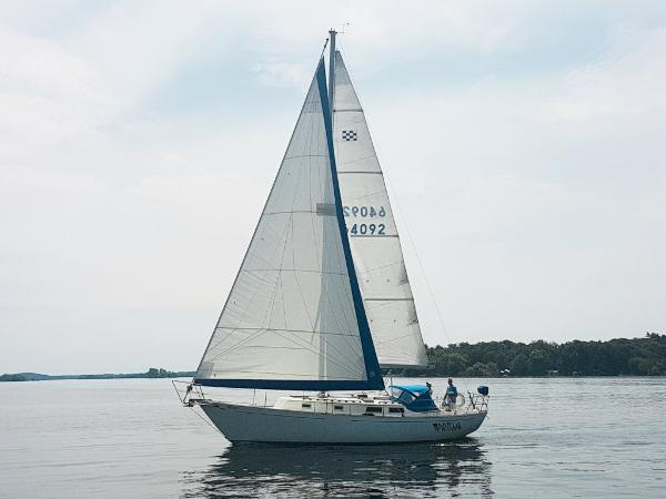 Niagara 35 MkI Sloop Under Sail