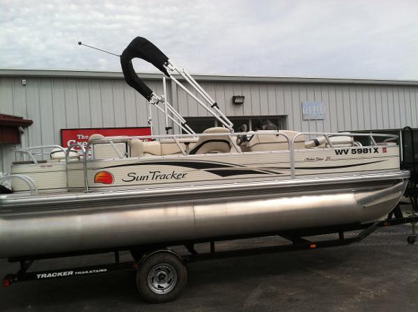 Sun Tracker 21 Fishing Barge