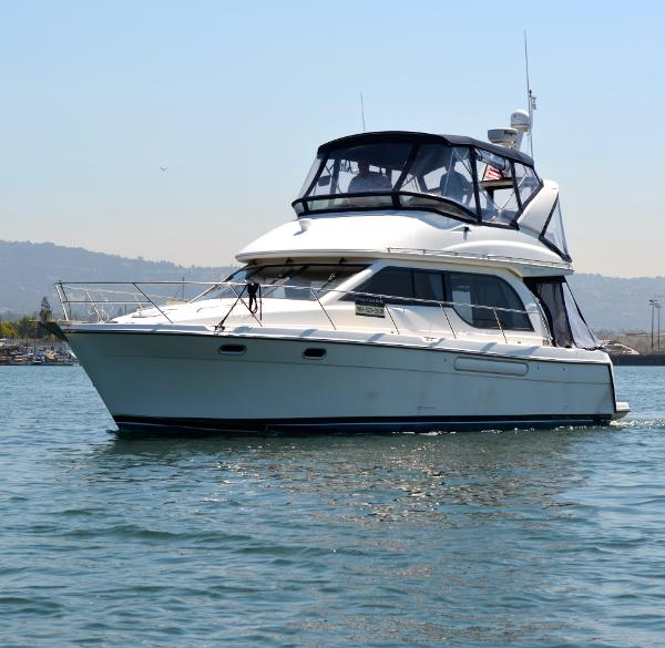 Bayliner 3788 Command Bridge Motoryacht Coming home