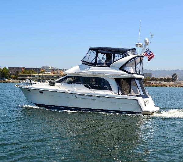 Bayliner 3788 Command Bridge Motoryacht Leaving for a cruise