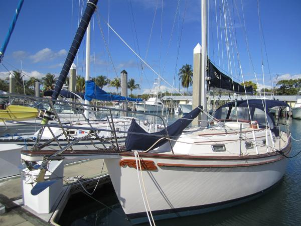 Island Packet 31 Port bow