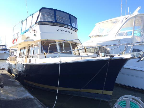 Mainship 400 Trawler Exterior