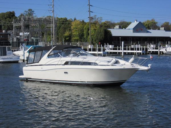 Bayliner 3485 Avanti Express ON THE WATER