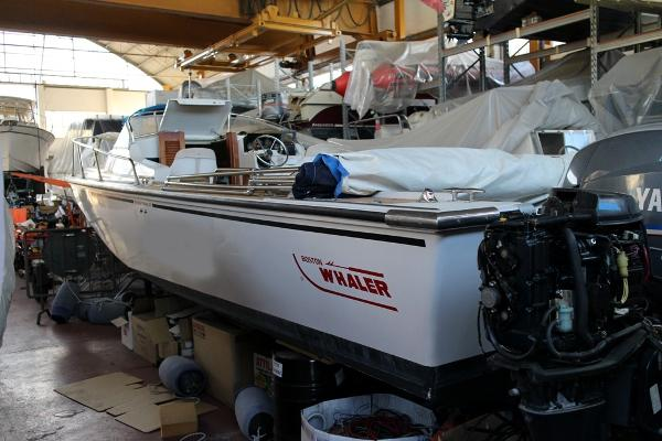 Boston Whaler REVENGE CUDDY 25