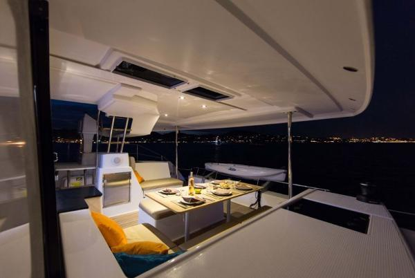 Fountaine Pajot Helia 44 Cockpit