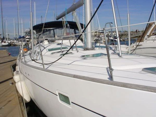 Beneteau. 473 Fore Deck Looking Aft