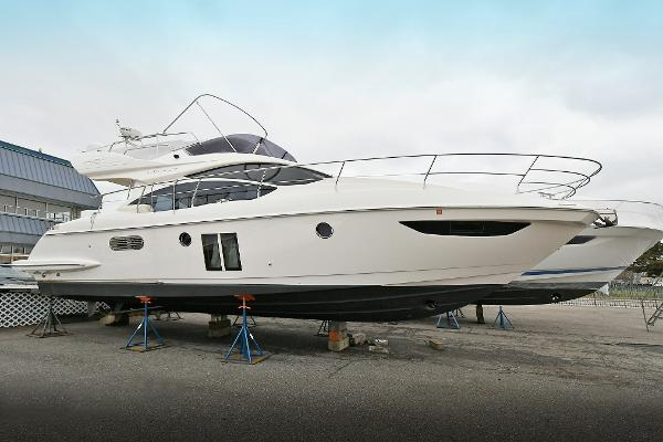 Azimut 40 FLY Starboard Side