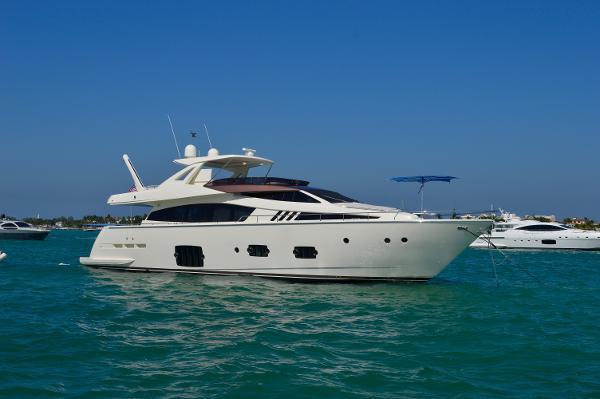 Ferretti Yachts 800 Sandbar with family