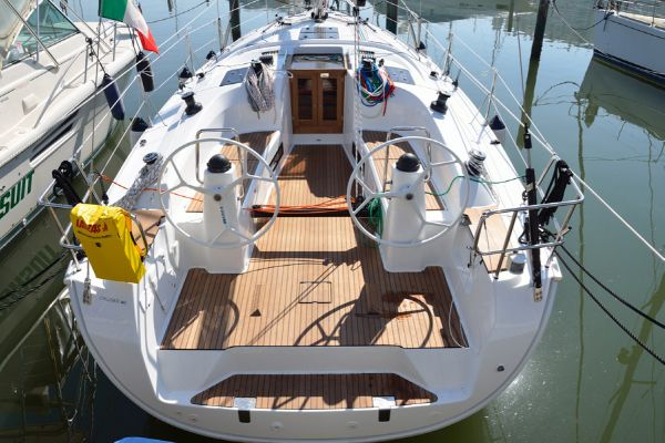 Bavaria 40S Cruiser Cockpit
