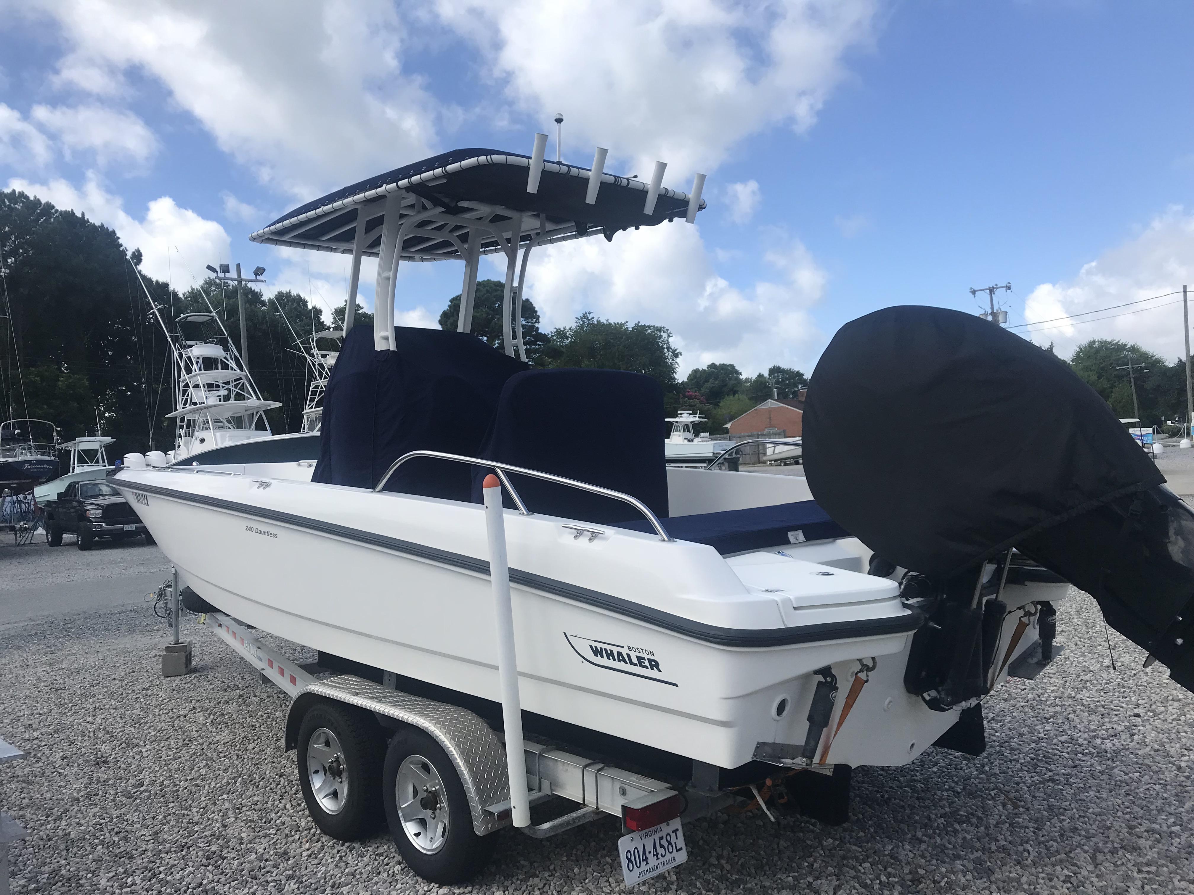 Boston Whaler 240 Dauntless, 300 Verado,  trailer Port Side
