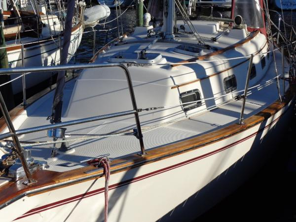Island Packet 32 Port Bow