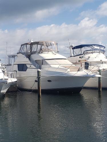 Silverton 453 Motor Yacht Starboard side fwd.