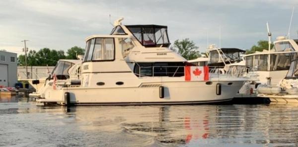 Carver 404 Cockpit Motor Yacht dockside stbd