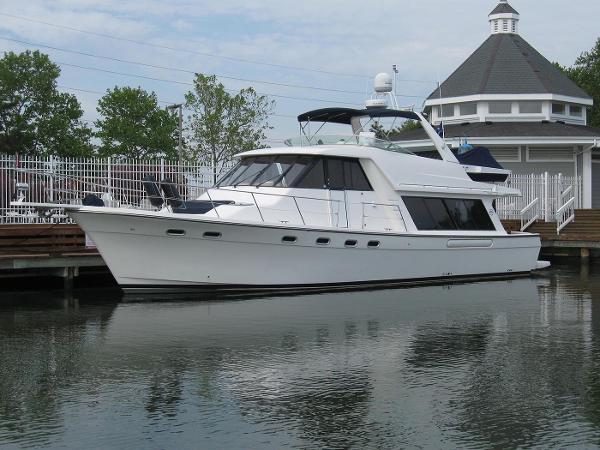 Bayliner 4788 Pilot House Motoryacht At The Dock