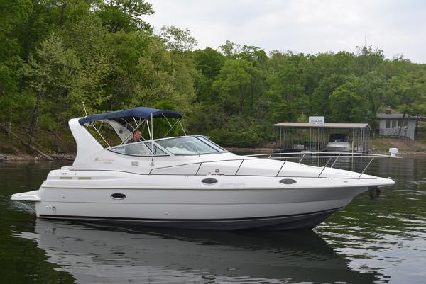 Cruisers Yachts 3075 Express Profile