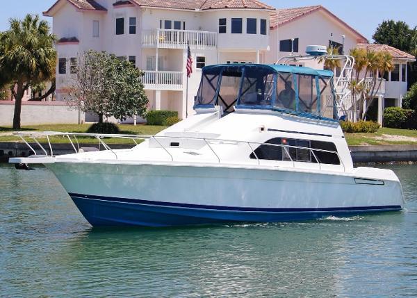 Mainship 40 Sedan Bridge Port side
