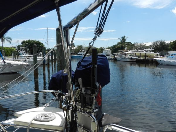 Outboard hoist and mount