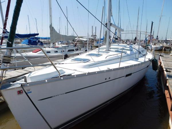 Beneteau 393 Port Bow