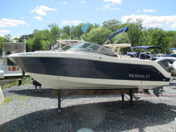 Robalo R227 Dual Console Port View