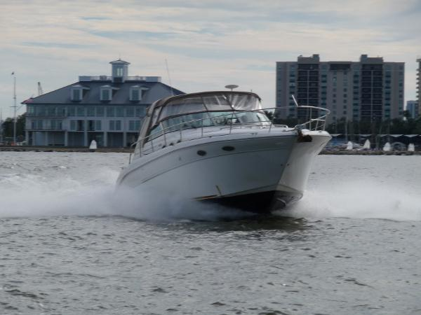 Sea Ray 370 Express Cruiser 26 knots underway