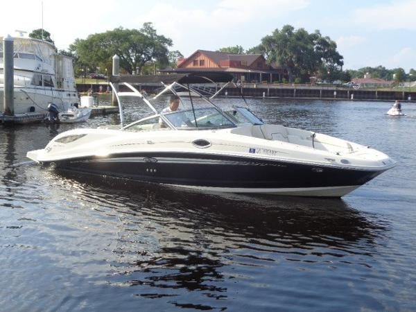 Sea Ray 290 Sundeck 29' Sea Ray Sundeck sleek profile