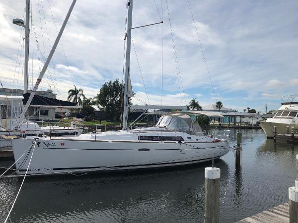 Beneteau 37 Starboard profile