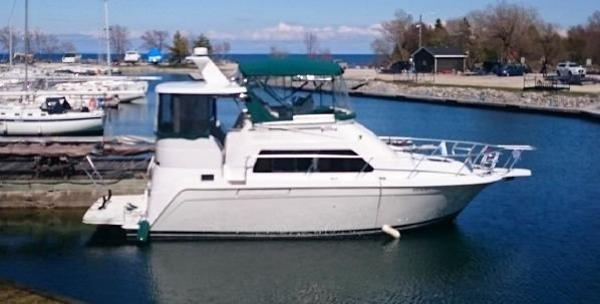 Mainship 34 Motor Yacht dockside stbd