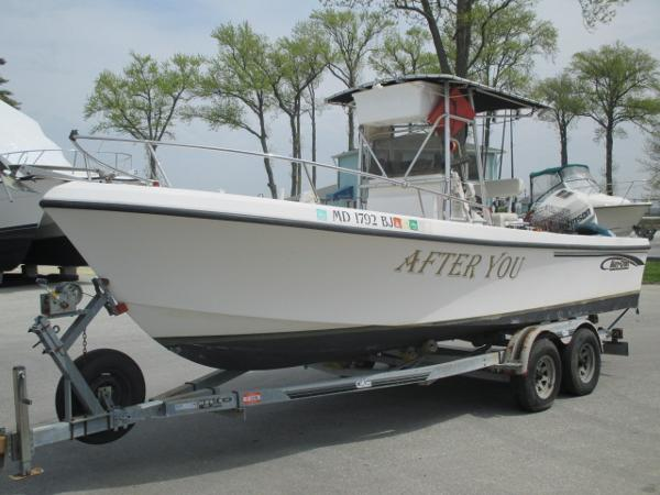 May-Craft 2300CC Port Bow