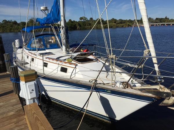 Endeavour 40  Sloop Stbd. dockside