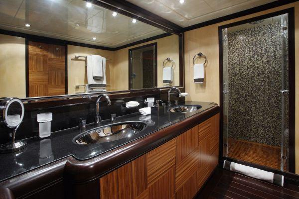 Mangusta 105 - master cabin bathroom