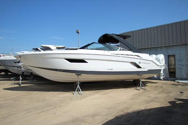 Cruisers Yachts 338 Bow Rider Out Board