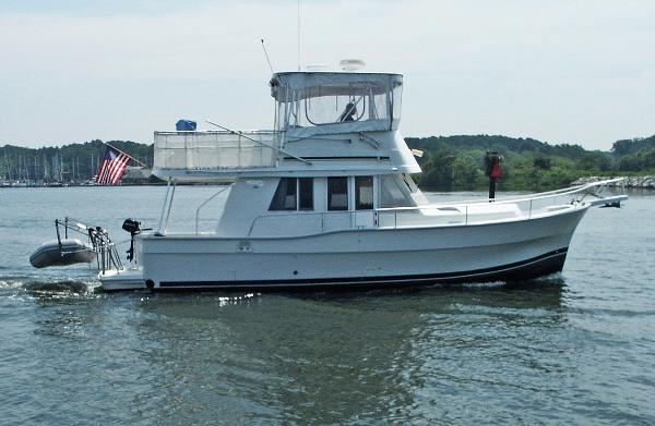 Mainship 390 Trawler Reverie Under Way