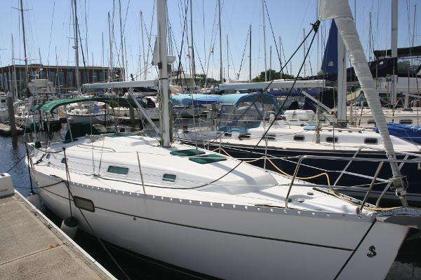 Beneteau Oceanis Clipper 361 Profile in the Water