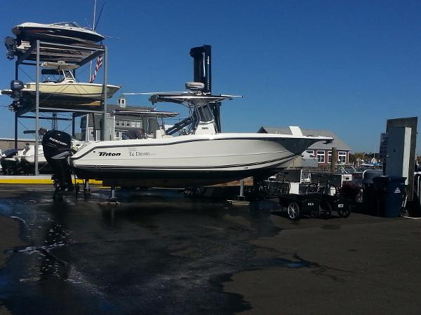 Triton 2895 CC Beautiful shear and bow flare