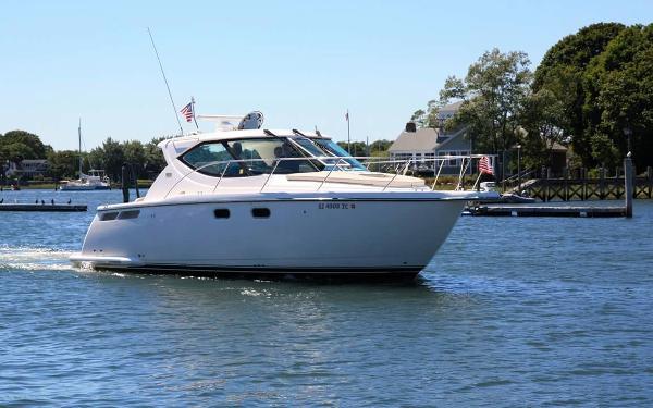 Tiara 3500 Sovran Starboard Running