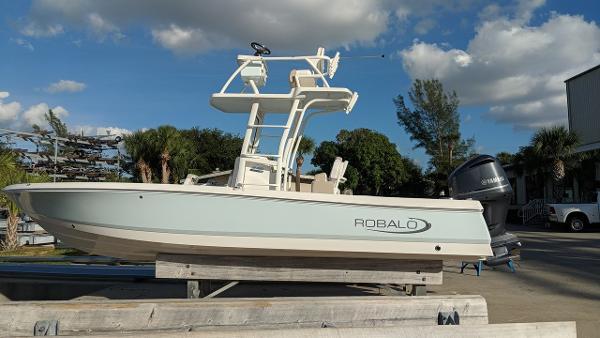 Robalo R 246 Cayman Sky Deck