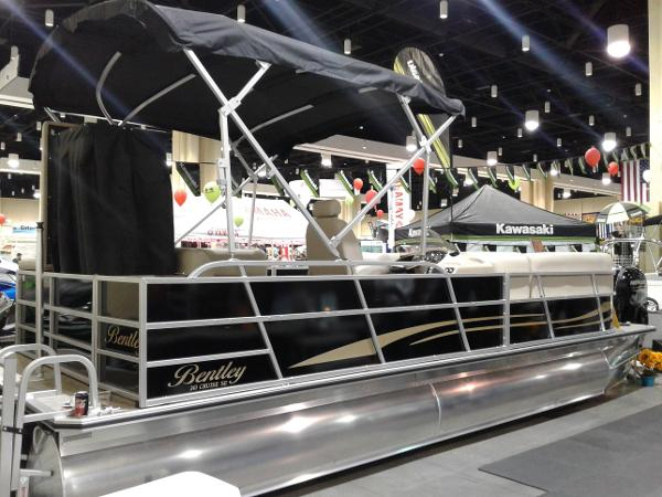 Bentley Pontoons 243 cruise