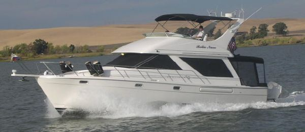 Bayliner 3988 MOTOR YACHT UNDERWAY