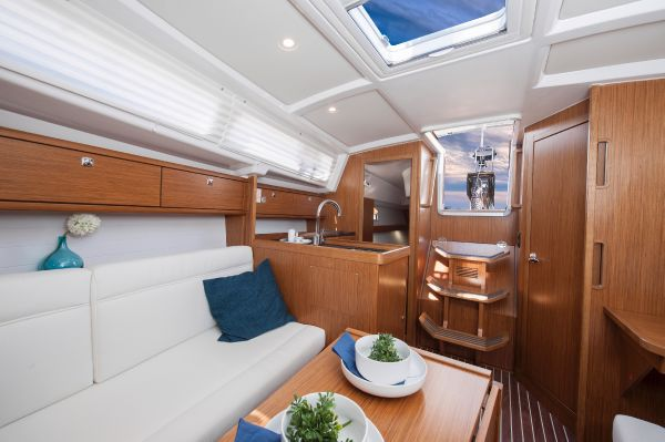 Bavaria 33 Cruiser Interior