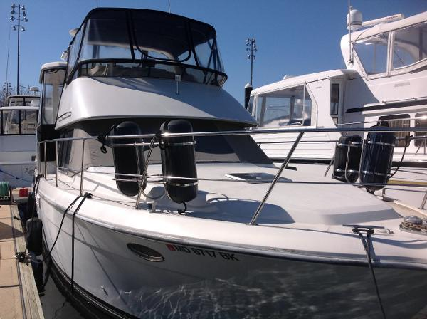 Carver 390CPMY Bow view
