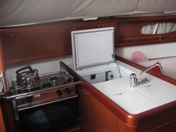 Beneteau Oceanis 31 - Gimballed gas oven