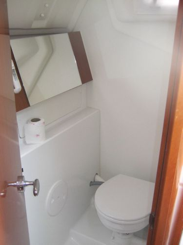 Beneteau Oceanis 31 - Heads compartment with marine toilet and holding tank