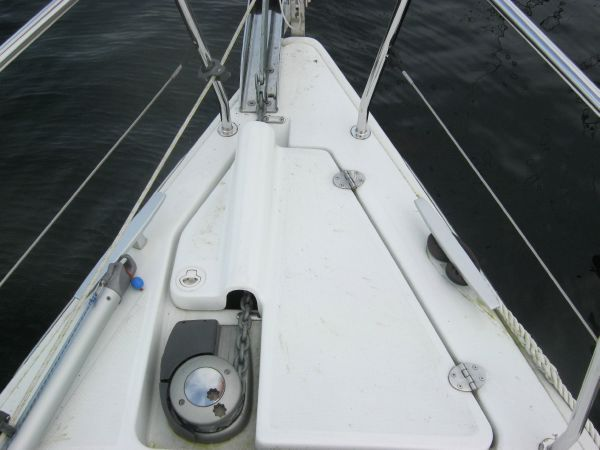 Beneteau Oceanis 31 - Large anchor locker with electric windlass