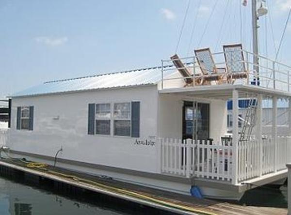 Aqualodge 40 Houseboat At Dock