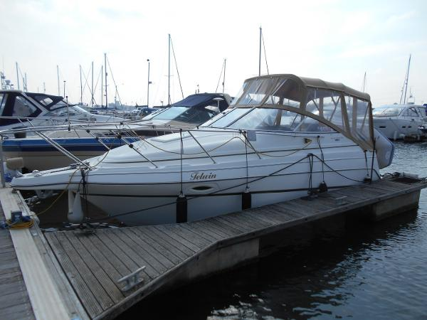 Maxum 2400 SE On her Berth