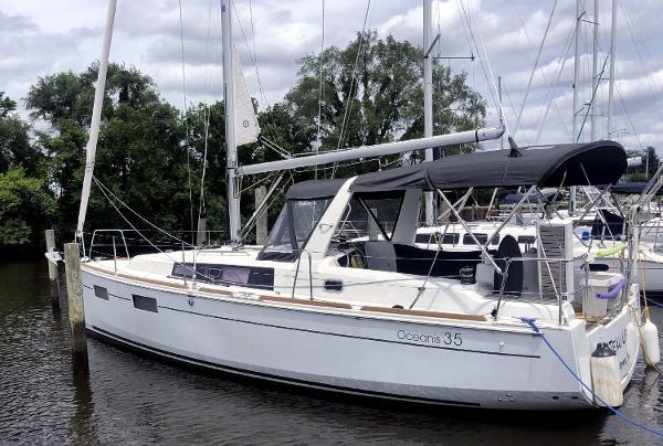 Beneteau Oceanis 35 2017 Benteau Oceanis 35 - Docked