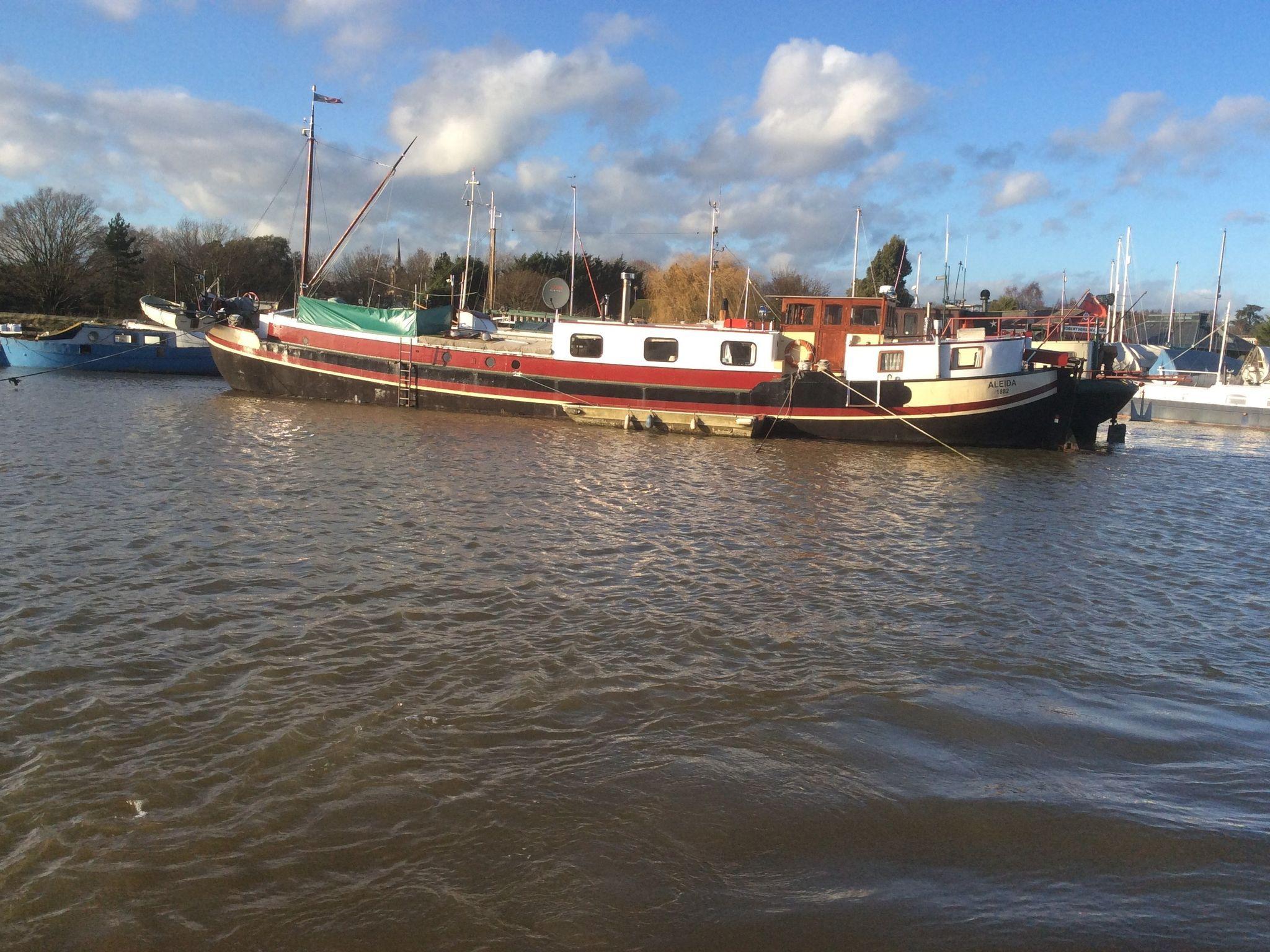 Cruising Houseboat  26 Metres