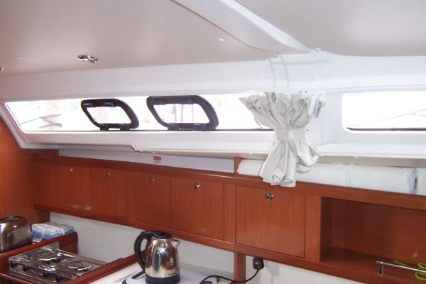Beneteau Oceanis 37 - Panoramic saloon windows