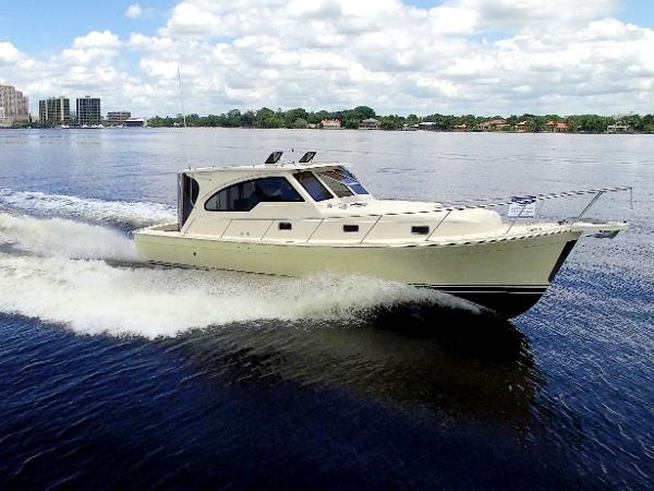 Mainship Pilot 34 Sedan Hardtop RR
